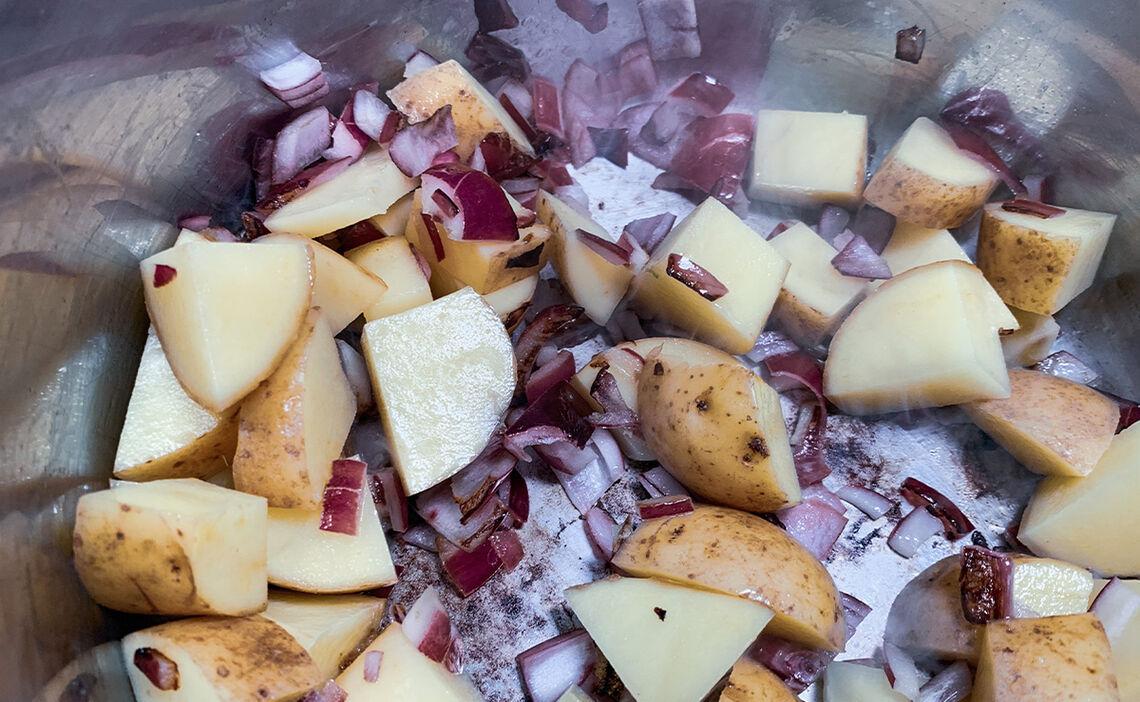Kartoffeleln und Zwiebeln anschwitzen