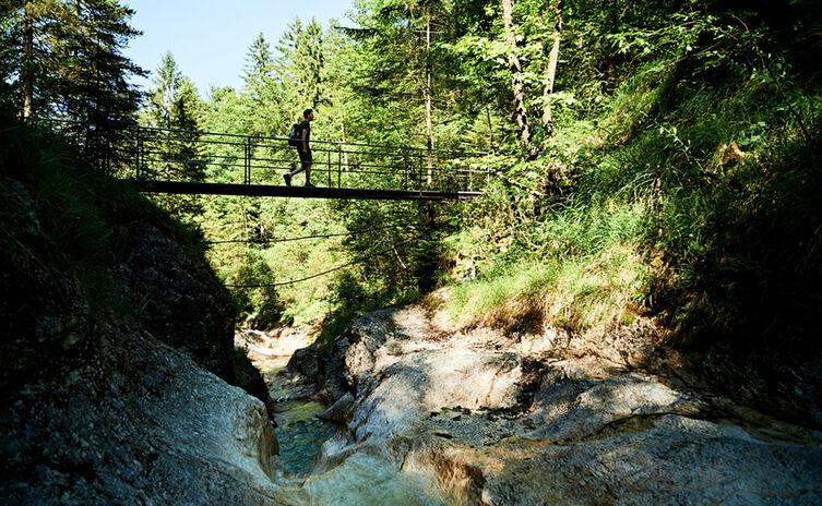 Über die Brücke des Weißbachs am Wald-Idyll-Pfad Bayerisch Gmain