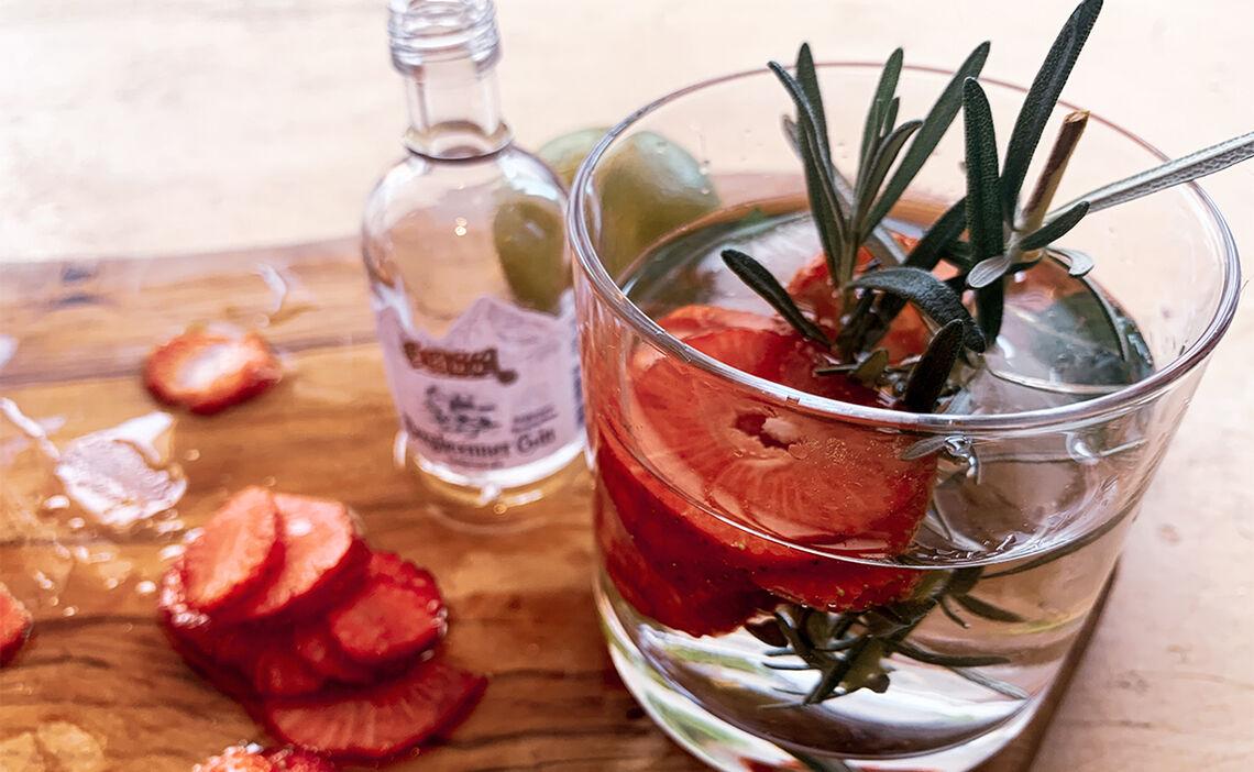 Fertiger Erdbeer-Rosmarin Cocktail mit Gin - Prost!