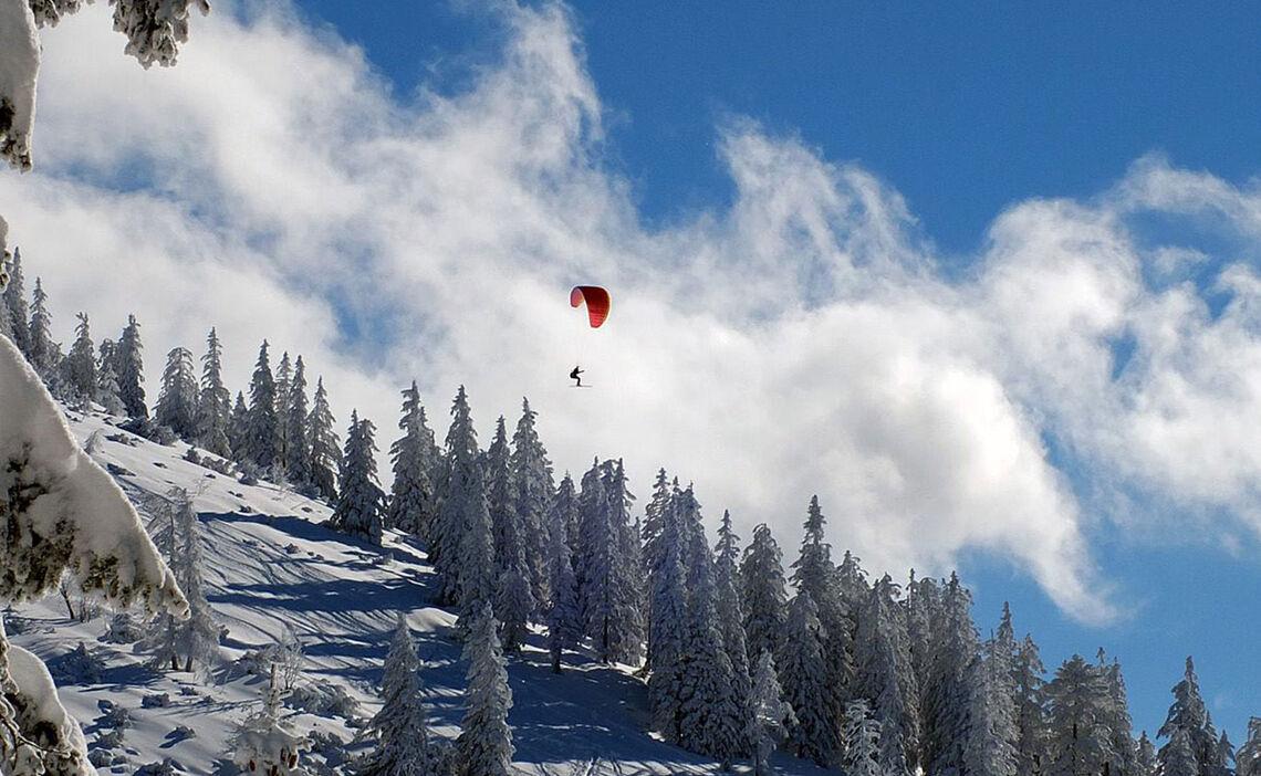 Gleitschirm Flieger Mit Skiern Am Predigtstuhl