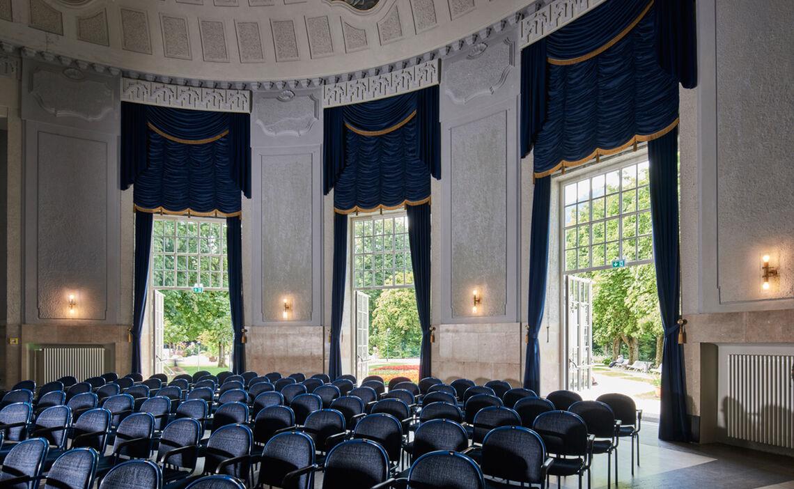 Konzertrotunde mit Blick in den Königlichen Kurgarten