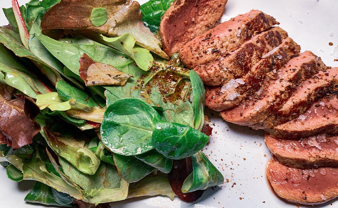 Fertiger Rehrücken mit Salat