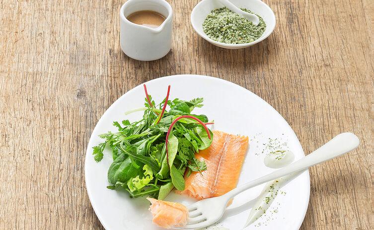 Lauwarmes Saiblings Filet auf Baby-Blattsalaten mit Bio Kräutersalz © Sandra Eckhardt