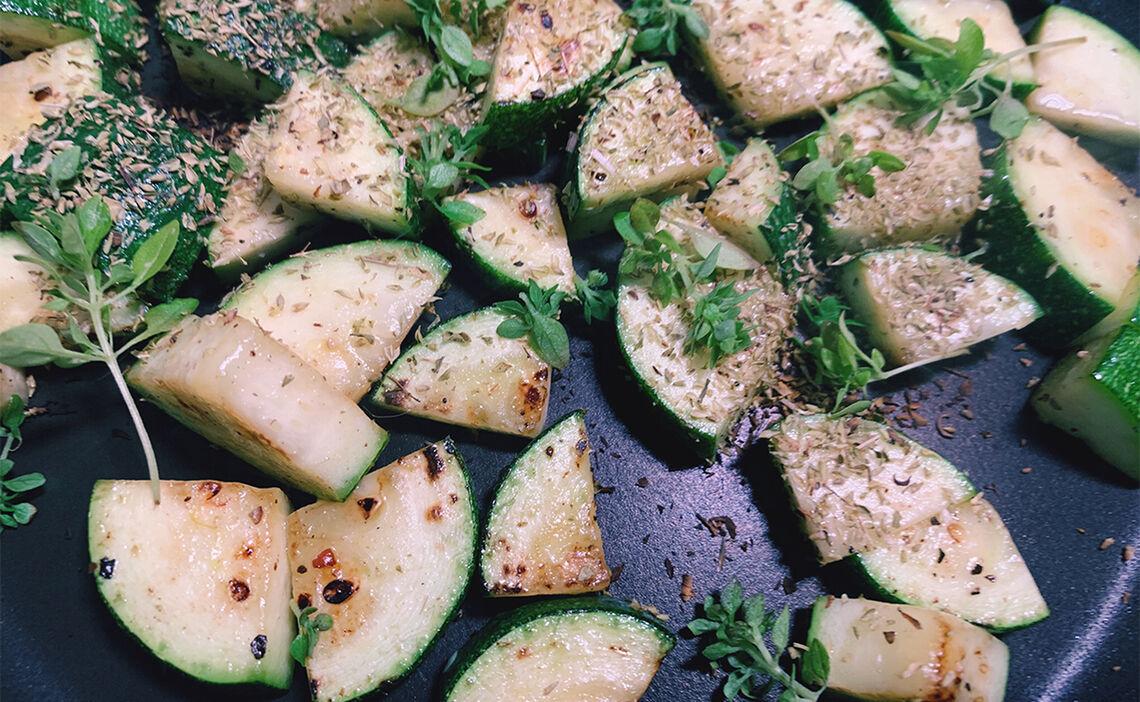 Zucchini anbraten und abschmecken
