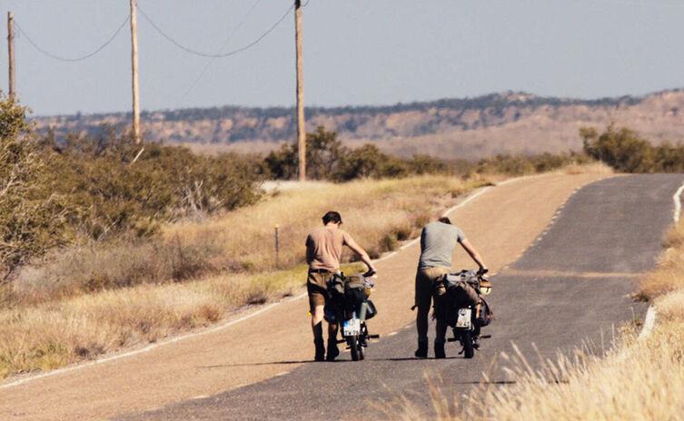 Die Wittmann-Brüder Thomas (links) und Julian (rechts) schieben ihre Mopeds durch die Wüste Nevadas